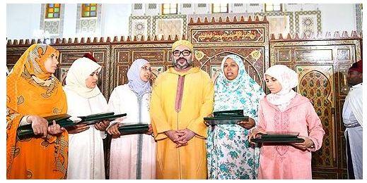 جلالة الملك يسلم جائزة محمد السادس للمتفوقات في برنامج محاربة الأمية بالمساجد