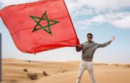 يوتيبور أمريكي يحل بالمغرب ويحمل علم المغرب الصحراء المغربية